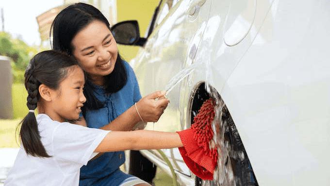 洗車する家族