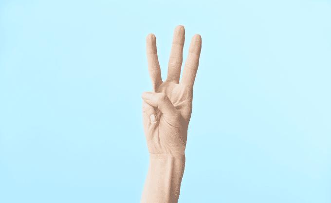 指を3本立てた手
